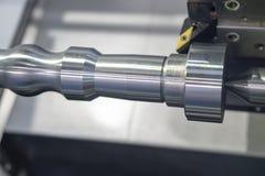 El corte de máquina del torno del CNC la barra de aluminio Foto de archivo