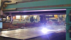 El corte del plasma del metal en una máquina automática del laser, cortadora del plasma del laser para cortar parte del metal almacen de metraje de vídeo