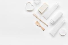 El cosmético fijó en concepto del cuidado del cuerpo en la maqueta blanca de la opinión superior del fondo Fotos de archivo