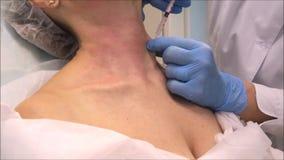 El cosmetologist del dermatólogo del doctor realiza las inyecciones botulinum de la toxina para el rejuvenecimiento del cuello almacen de metraje de vídeo