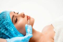 El cosmetologist del doctor hace el procedimiento facial de las inyecciones que rejuvenece para apretar y alisar arrugas en fotografía de archivo libre de regalías