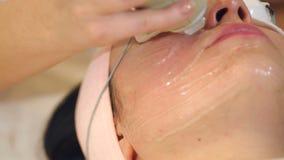 El cosmetologist del primer hace la onda de radio que levanta para una chica joven almacen de video