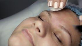 El Cosmetologist hace el facial de limpiamiento ultrasónico almacen de video