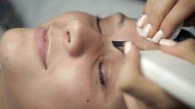 El Cosmetologist hace el facial de limpiamiento ultrasónico almacen de metraje de vídeo