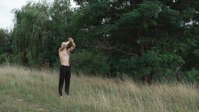 El cossack moderno mira en el cielo y las manos 4K del aumento metrajes