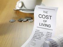 El coste de la vida en un listado de papel Fotos de archivo libres de regalías