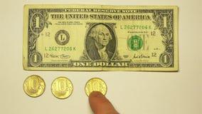 El coste de un dólar de EE. UU. es igual poner verde 50 rublos rusas almacen de metraje de vídeo
