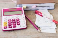 El costo del pago de los resbalones de la tarjeta de crédito y el control controlan la publicación mensual Imágenes de archivo libres de regalías