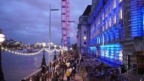 El County Hall de Londres y Londres observan con las porciones de turistas almacen de metraje de vídeo