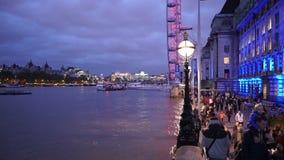 El County Hall de Londres y Londres observan con las porciones de turistas almacen de video