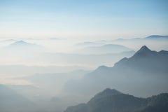El coverd de la niebla la gama de montañas en la provincia de Chiang Rai de Tailandia Fotografía de archivo