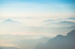 El coverd de la niebla la gama de montañas en la provincia de Chiang Rai de Tailandia Foto de archivo