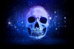 El cráneo artístico en un extracto azul protagoniza el fondo imagen de archivo libre de regalías
