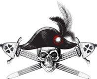 El cráneo en el sombrero del capitán y dos cruzaron las espadas Imagenes de archivo