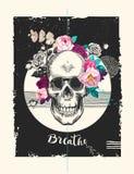 El cráneo humano sucio con la guirnalda de la rosa, cinta con palabra respira y las formas geométricas Fotografía de archivo libre de regalías