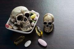 El cráneo y diverso montón de la cápsula de las píldoras de las tabletas mezclan las drogas de la terapia foto de archivo