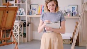 El crear de dibujo de la situación de la mujer del artista que bosqueja almacen de video