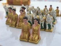 El criado Dolls, gente tiene gusto al ofrecimiento a las estatuas de la capilla imagen de archivo