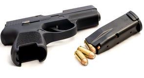 El crimen de las balas de la arma de mano endereza el arma Imagenes de archivo