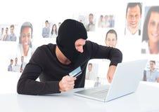 El criminal en capilla en el ordenador portátil con la tarjeta delante de la gente perfila caras Fotos de archivo