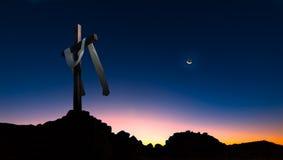 El cristiano cruza encima la opinión panorámica del fondo oscuro de la puesta del sol Imagenes de archivo