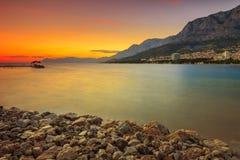 El croata famoso riviera en la puesta del sol, Makarska, Dalmacia, Croacia Fotos de archivo