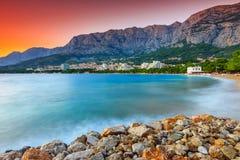 El croata famoso riviera en la puesta del sol, Makarska, Dalmacia, Croacia Imágenes de archivo libres de regalías