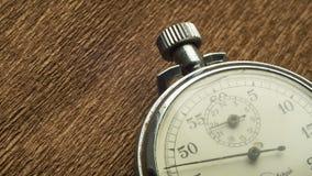 El cronómetro blanco del vintage en el fondo estructural marrón gira la flecha almacen de video