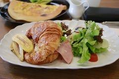 El cruasán del queso y del plátano del jamón del pollo Foto de archivo libre de regalías