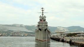 El crucero amarró en Novorossiisk en la central almacen de video