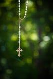El crucifijo colgó afuera Foto de archivo libre de regalías