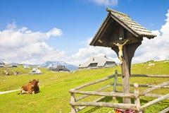 El crucifijo de madera en el lugar famoso llamó el ` de Velika Planina del `; en esloveno significa que gran ` y él de la meseta  Imagenes de archivo