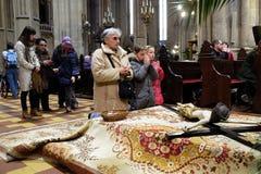 El crucifijo delante de la tumba del ` s de dios, fue exhibido el sábado santo y preparado para la veneración en la catedral de Z fotografía de archivo libre de regalías
