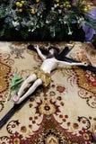 El crucifijo delante de la tumba del ` s de dios, fue exhibido el sábado santo y preparado para la veneración en la catedral de Z foto de archivo
