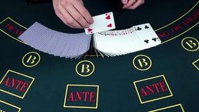 El crupié comienza a mezclar las tarjetas en el casino, cámara lenta metrajes