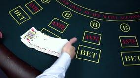 El crupié comienza a mezclar tarjetas, muestra en el casino, cámara lenta almacen de video