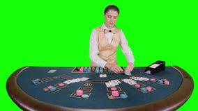 El crupié del casino distribuye para las tarjetas del póker tres de la tabla es el fracaso Pantalla verde Cámara lenta almacen de metraje de vídeo