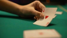 El crupié del casino que vuelca el as del corazón, afortunado firma adentro el póker y la veintiuna almacen de video