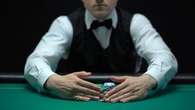 El crupié que toma a todo gana lejos de jugador, de desgracia y de quiebra del casino almacen de video