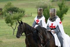 El Crusading knights a caballo Imagenes de archivo