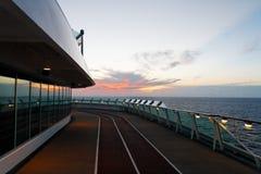 El cruzar de la puesta del sol fotos de archivo