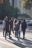 El cruzar de los estudiantes universitarios foto de archivo libre de regalías