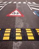 El cruzar de los niños de la desaceleración del control de tráfico Fotografía de archivo libre de regalías