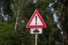 El cruzar de los tanques de la señal de tráfico Foto de archivo libre de regalías