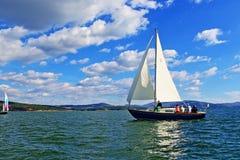 El cruzar del barco de navegación Fotografía de archivo libre de regalías