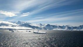 El cruzar en la Antártida - paisaje del cuento de hadas metrajes