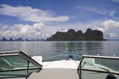 El cruzar en la bahía de Phang Nga foto de archivo