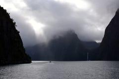 El cruzar en Milford Sound Fiordland Nueva Zelanda Foto de archivo libre de regalías