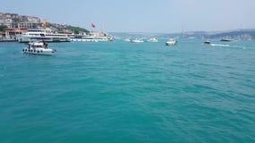 El cruzar en un transbordador con la opinión del paisaje marino de Bosphorus en Estambul almacen de metraje de vídeo