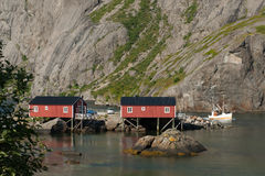 El cruzar hacia fuera de Nusjord en el mar noruego Imagenes de archivo